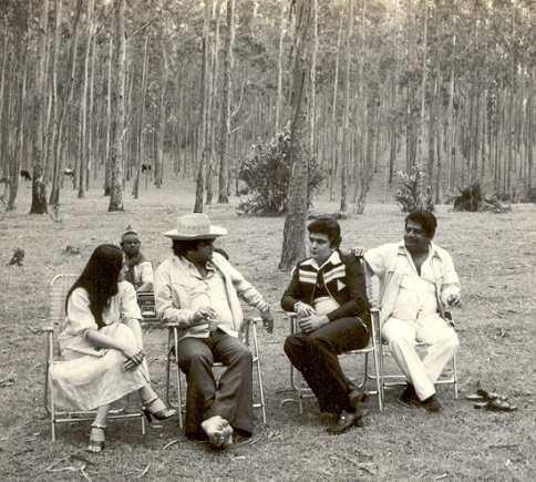 Subhash Ghai with Rishi Kapoor and Tina Munim on the Shooting location of Karz