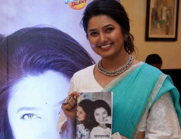 PrajaktPrabha a New book of Poetry collection by Marathi Actress Prajakta Mali launched